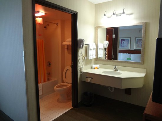 La Quinta Inn & Suites Newark - Elkton: Bath and sink - nice and bright
