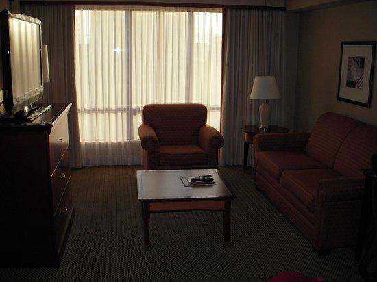 Hilton Vancouver Airport: Suite - lounge area
