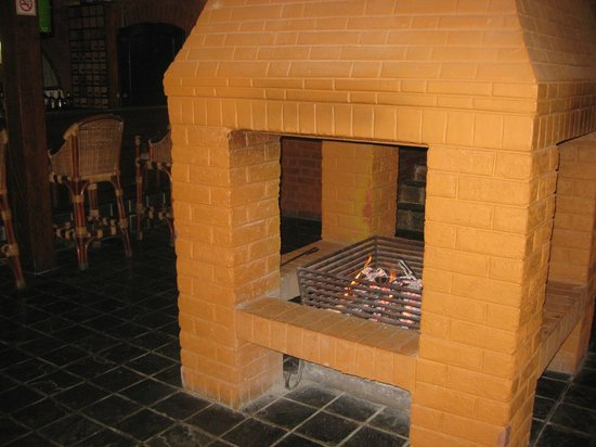 Sunbird Ku Chawe: Fireplace in the centre of the restaurant