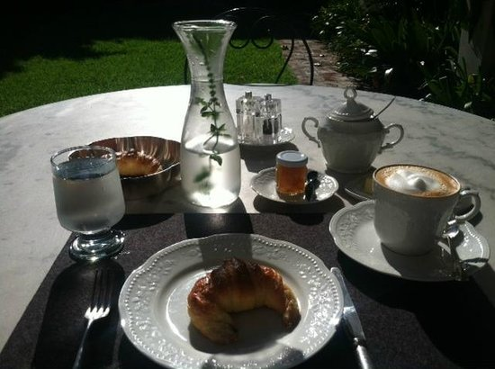 Cabrera Garden Boutique Guest House: Breakfast outside in the gardens