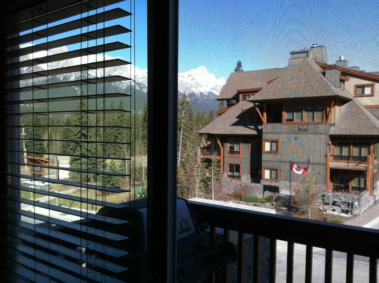 Falcon Crest Lodge by CLIQUE: Facing the RR tracks and Canmore