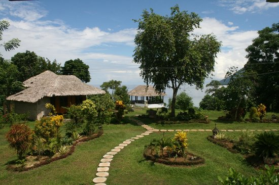 Bunaken Island Resort: Beautiful garden and magical ocean view