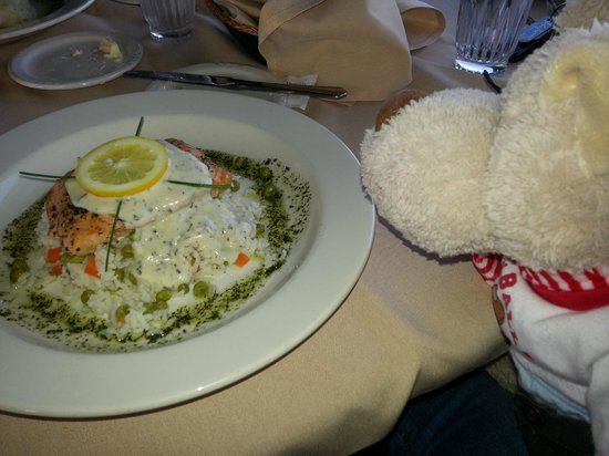 Oakdale, Kalifornien: Grilled salmon with creamy dill sauce
