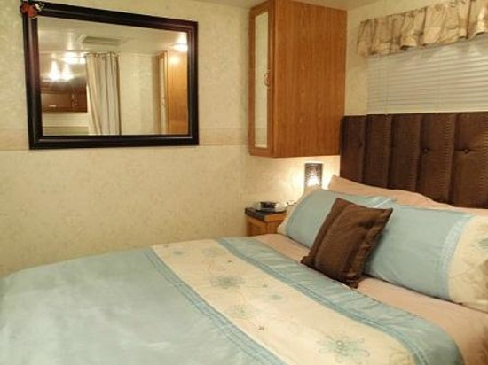Purple-der House Accommodation : Room 4 caravan bed area