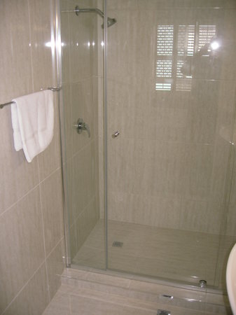 Cheltenham Apartments: Bathroom