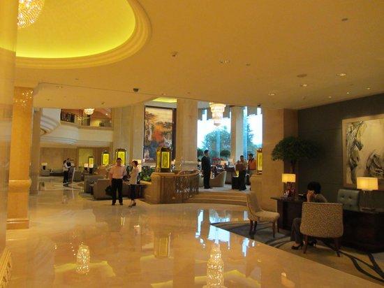 Pudong Shangri-La, East Shanghai: Foyer and Lobby Bar