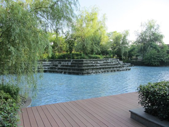 Shangri-La Hotel Guilin: Water feature near the restaurant
