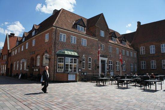 Hotel Dagmar : vue over facade og indgangsparti.