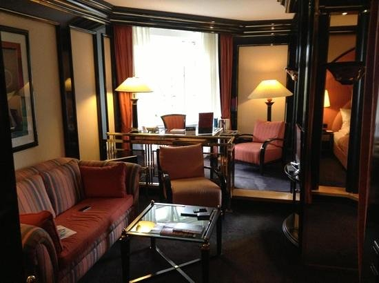 Savoy Hotel Berlin: lounge and writing desk