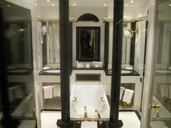 Savoy Hotel Berlin: the stylish and over the top bathroom