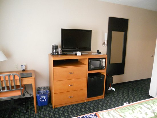 Fairfield Inn & Suites Washington, DC/New York Avenue: frigo, cafetière, tv, micro ondes