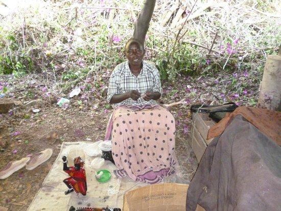 Ndohakashani Tours: danna che infila perline