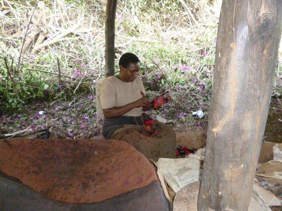 Ndohakashani Tours: donna nella verniciatura delle statuine