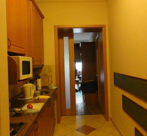 Kalvin Apartments : kitchen