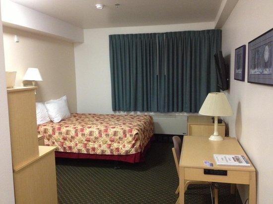 Puffin Inn: 入り口から見た部屋の写真