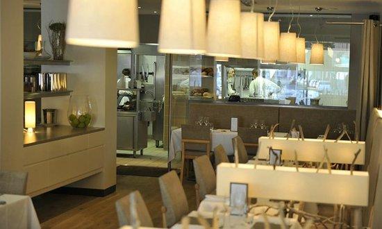 L'epicurien: Cuisine vitrée, donnant sur la salle du restaurant