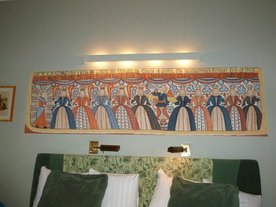 Lady Hamilton Hotel: Frieze above the bed