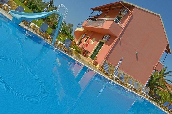 Othonas Apartments : Poolside