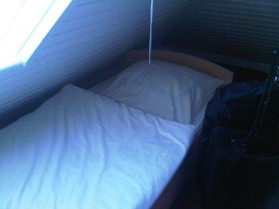 Hotel Aran: enges Bett