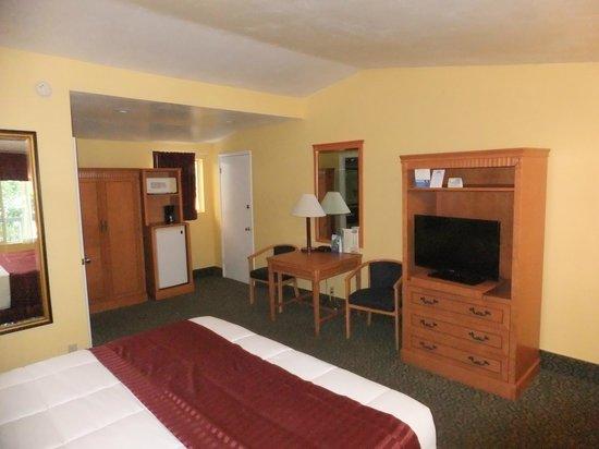 Days Inn by Wyndham Redwood City: Standardzimmer mit altem Mobilar und lautem Kühlschrank