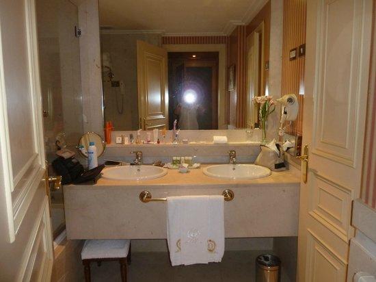 Hotel Orfila: salle de bain avec baignoire a bulles