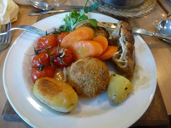 Sandy Lodge Hotel : Dinner: fish cakes with sweet chilli tomatoes, various vegetables and a bit of my friend's yorks