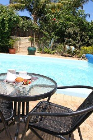 Grainger B&B : A poolside table for two!