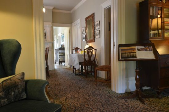 O Canada House: Lounge leading to the dining room and kitchen