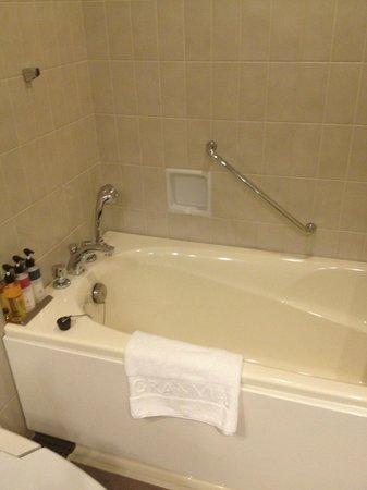 Hotel Granvia Kyoto: Bathtub