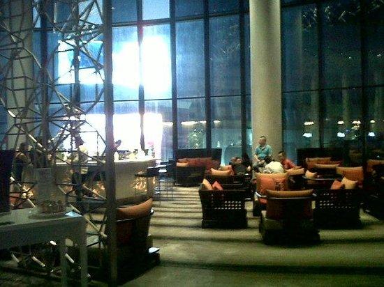 Novotel Bangkok Platinum Pratunam: Loung+Bar area, on 6th flr (view from Reception area)