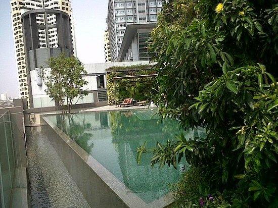 Novotel Bangkok Platinum Pratunam: The pool, which also has a small bar near it