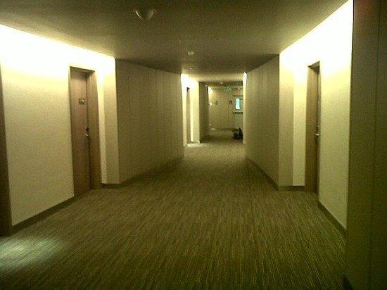 Novotel Bangkok Platinum Pratunam: Corridor to rooms, carpeted and quiet :)