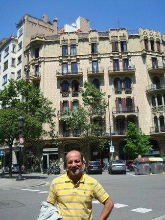 Alexandra Barcelona A DoubleTree By Hilton: Vista externa de la esquina del Hotel que da sobre el Paseo Cataluña.