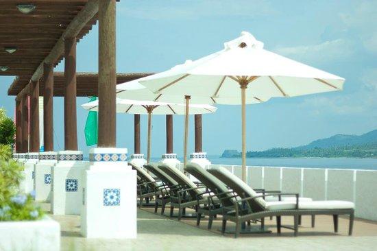 Bellarocca Island Resort and Spa: Beachside lounge chairs