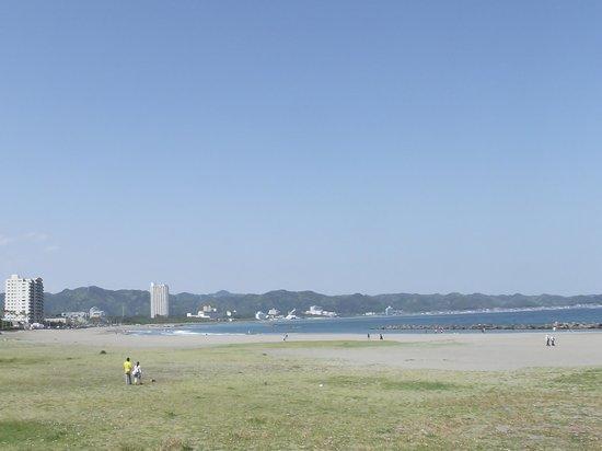 Maebara Beach: 海岸の近くのホテルなど