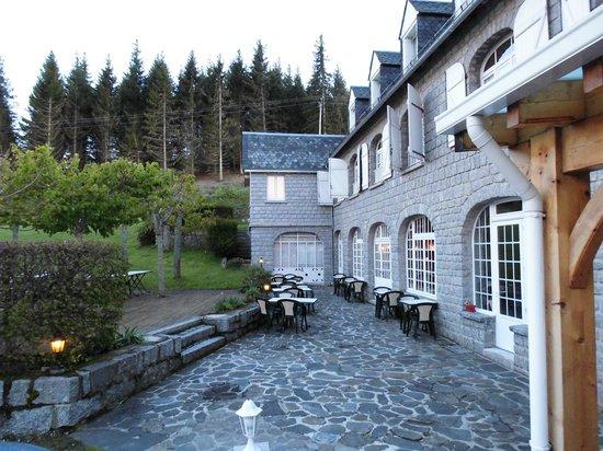 Le Relais de l'Aubrac: coté terrasse aux érables !