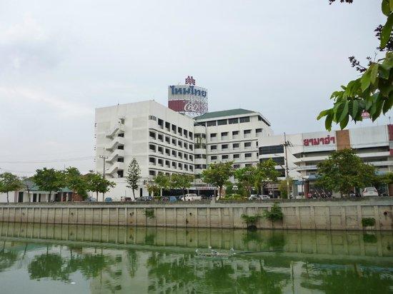 Mai Thai Hotel Roi-Et : 川の対岸からのホテル全景