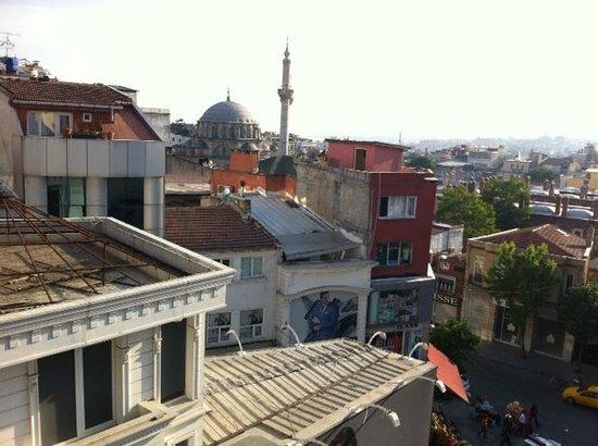Laleli Gonen Hotel: Uitzicht naar de zee van Marmara