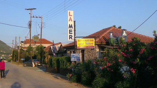 La Mer Restaurant: Main road to La Mer