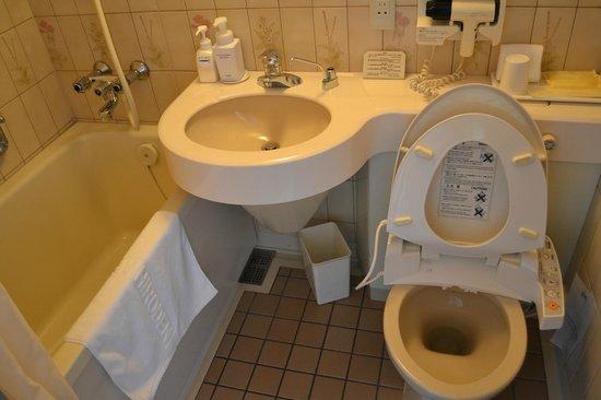 Hotel New Hiroden : Functional bathroom