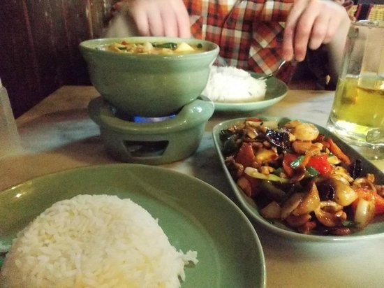 Chai Karr : Chicken with cashew nuts and green curry