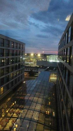 Maritim Hotel Duesseldorf : Vue des Ascenseur, de nuit