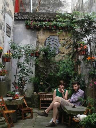 Hui Boutique Hotel: The entrance courtyard is good for sitting around doing not much