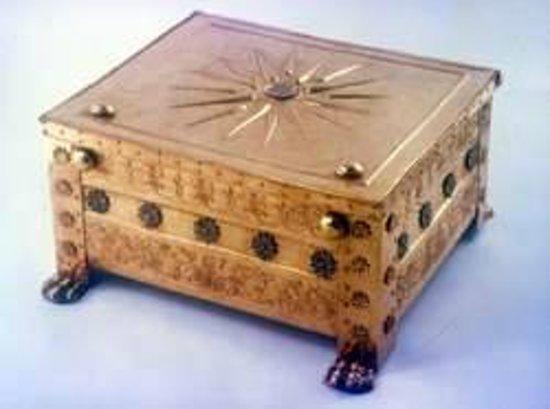 พิพิธภัณฑ์และสุสานเวอร์จินา: Golden larnax, containing the crimated bones of king Philip II