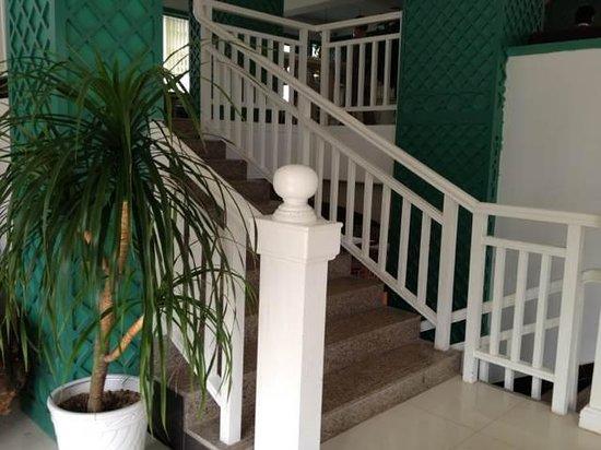 Michael's Inn & Suites Yangshuo: lobby stairs
