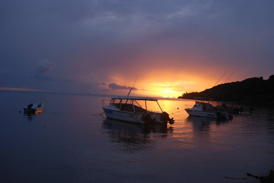 Waidroka Bay Resort: Waidroka Boats at Sunset