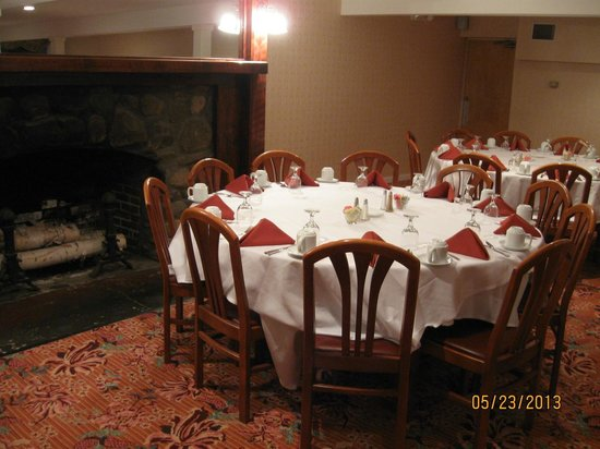 Lake Morey Resort: Table by the fireplace in the restaurant