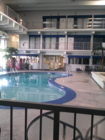 Quality Inn Near Dixie Stampede: Interior heated pool, fitness room in background