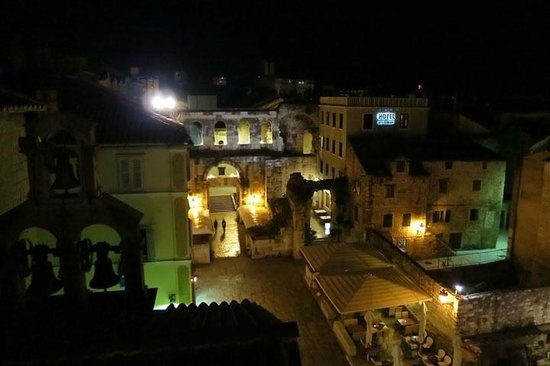 Diocletian's Rooms: nighttime view from Porto Aurea room