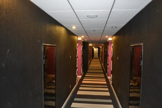 Elegance Bund Hotel Shanghai Guangdong Road : Even the pathway to the rooms welcome you with red carpets